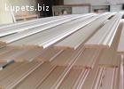 Высокие белые деревянные плинтуса